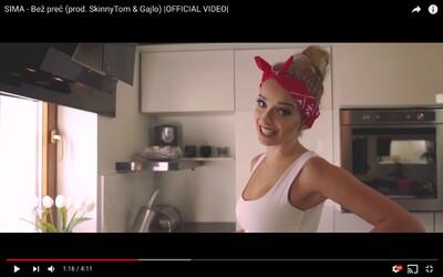 Sima sa do videoklipu priváža na vrtuľníku a kritizuje mužov