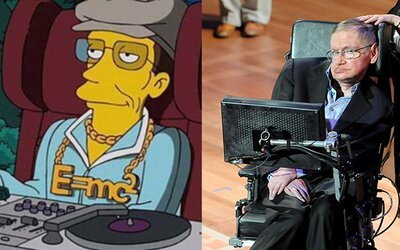 Simpsonovi opět předpověděli budoucnost. Na krku Stephena Hawkinga se v díle z roku 1999 leskne trefný přívěšek