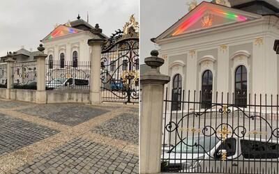 Šíri sa hoax, že Prezidentský palác vysvietili dúhovo, aby podporili LGBTI. Skúšali však iba osvetlenie