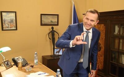 Sitcom Premiér je nejhorší český seriál všech dob. Působí jako porno, ve kterém Jaromír Soukup ukájí sám sebe