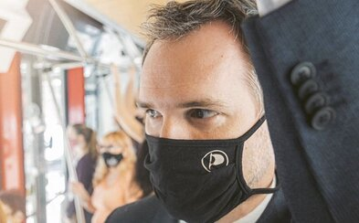 Situace s korovavirem v Praze se horší, říká primátor Hřib. Zavádí se rouška v lékárnách nebo čekárnách u lékaře