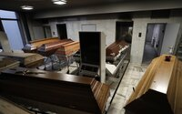 Situácia je kritická: Pohrebníctva nemajú dosť ľudí ani rakiev, musia objednávať chladiace prívesy