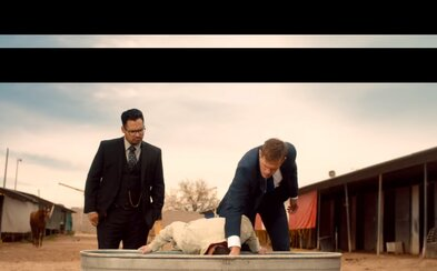Skarsgård a Peña sú prehnití fízli, ktorým v traileri na zhúlenú komédiu na zákonoch vôbec nezáleží