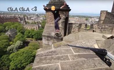 Skateboarding na hradbách starodávné pevnosti ve Skotsku. Odvážlivec si zahrával se životem