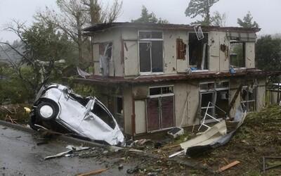 Skaza v Japonsku, tajfún Hagibis si vyžiadal prvú obeť. Ulice sú plné vody, domy a autá sú zničené