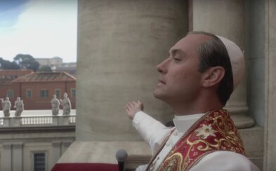 Skazený, mladý a kontroverzný pápež Jude Law sa vyhlasuje za Boha a žiada revolúciu