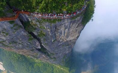 Sklenený most uprostred hôr vo výške 1,6 kilometra nad morom preverí váš strach o život