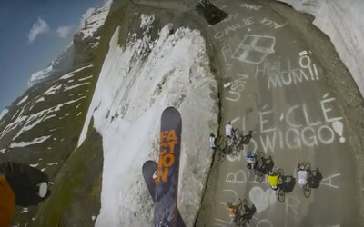 Skok přes vrtulník, cyklisty a další adrenalinové triky předvádí v novém videu bláznivý lyžař Candide Thovex