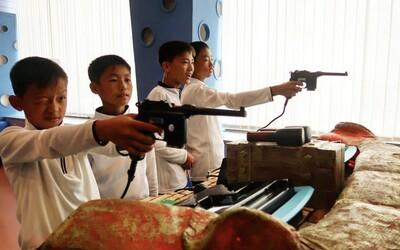 Škôlkári v Severnej Kórei sa pol dňa učia o Kim Čong-unovi. Propagandu v materských školách režim strojnásobil