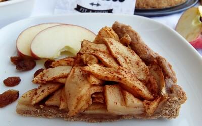 Skořicový jablečný koláč z celozrnné mouky. Šťavnatá jablečná náplň a křupavé těsto provoněné skořicí tě dostane (Recept)