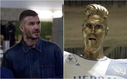 Škuľavý David Beckham s tromi zubami a gigantickým zadkom. Ohavnú sochu na počesť futbalistu museli rozbiť