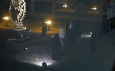 Skupina mužov v areáli CERN naoko dobodala ženu pri okultnom rituáli. Uťahujú si z teórií, že CERN ovládajú ilumináti?