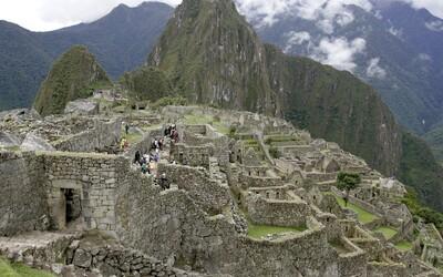 Skupinka turistov vykonala veľkú potrebu v chráme na Machu Picchu. Okrem toho rozbili dlažbu a poškodili múry