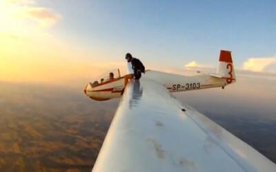 Skydiverka vyliezla na krídlo lietadla a skočila z výšky 5 kilometrov
