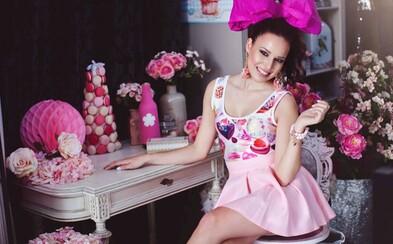 Sladké dievčenské motívy, cukríková kolekcia oblečenia či princeznovské portréty. Talentovaná Slovenka mení okolitý svet na ružovú rozprávku
