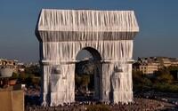 Slávny víťazný oblúk v Paríži zabalili do fólie. Zrealizovali tak celoživotný sen známeho umelca
