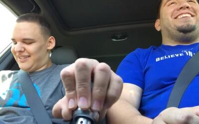 Slepému autistickému synovi dovolil otec preraďovať počas jazdy. Úprimná radosť chlapca dojme aj teba