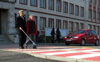Slepú dôchodkyňu zrazilo auto na priechode pre chodcov, podľa slovenskej polície sa vraj dostatočne nepresvedčila, či môže prejsť