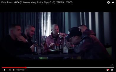 Slipo, Momo, Matej Straka a Čistychov spoločne stolujú vo videoklipe Nuda z producentského albumu Petra Panna