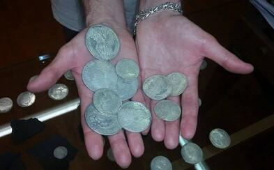 Slováci kopali jamu na bazén, ale namiesto toho našli viac než 4 kilogramy strieborných mincí. Nález odovzdali a dostanú štedrú odmenu