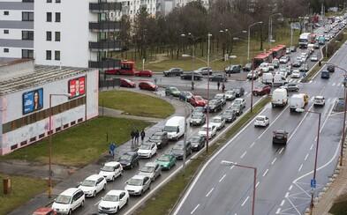 Slováci obchádzajú Matovičove opatrenia. Cestovanie národov začalo už dnes, za Bratislavou sú kolóny