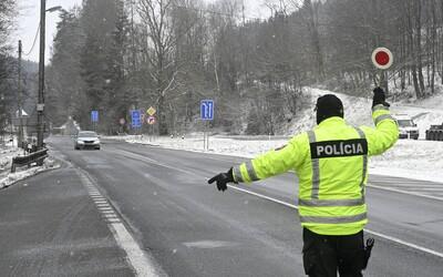 Slováci obchádzajú zatvorené hranice do Poľska či Česka po poľných cestách na terénnych autách. Na špekulantov si posvieti polícia