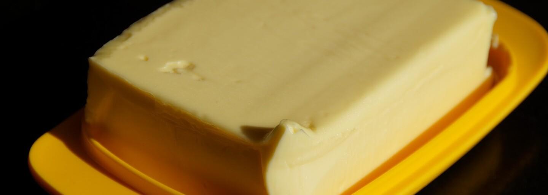 Slováci panikária, lebo u nás zdraželo maslo. Z maslovej krízy si už aj uťahujeme a čaká nás až do Vianoc