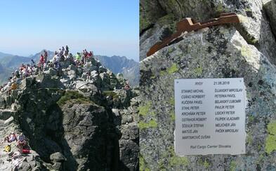 Slováci polepili skalu v národnom parku tabuľkou s menami aj nevkusnou súčiastkou. Po výstupe na Rysy poškodili našu prírodu