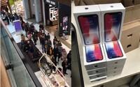 Slováci sa zbláznili zo zliav na iPhony či AirPods v bratislavskom Auparku. Na zlacnené produkty stáli v obrovskom rade