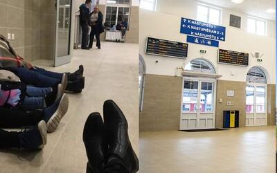 Slováci sedia v bratislavskej čakárni za takmer 1 milión eur stále na podlahe, nové sedadlá by si tam hľadal márne