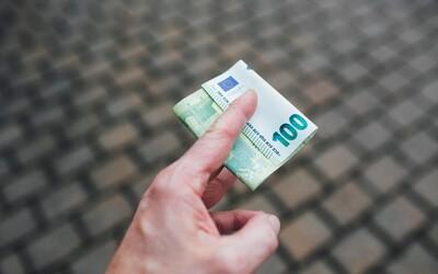 Slováci si v priemere odložia 113 € mesačne, ľudia si vytvárajú železnú rezervu alebo šetria na starobu