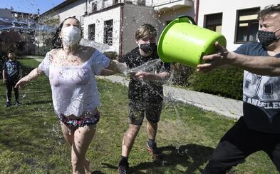 Slováci šibú a polievajú v rúškach alebo plynovej maske. Obmedzenie pohybu Veľkú noc nezrušilo