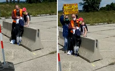 Slovák musel objímať svoje deti cez betónovú zábranu na hraniciach. Nemôže si dovoliť podstúpiť karanténu