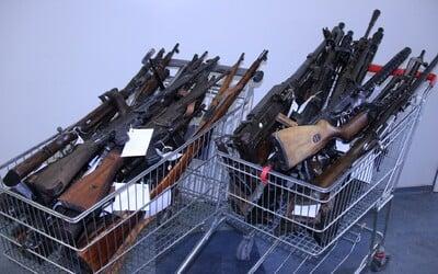 Slovák odovzdal policajtom celý arzenál zbraní: 34 pušiek, samopalov aj guľometov. Zbavil sa ich v rámci zbraňovej amnestie
