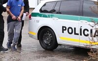 Slovák, po ktorom pátrali policajti, si prišiel na políciu vybaviť doklady s troma druhmi drog vo vrecku. Hrozí mu 10 rokov