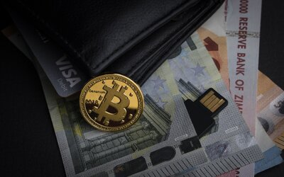 Slovák rozbehol pyramídovú hru. Ľudí lákal na investovanie do bitcoinu, pripravil ich vraj o milióny eur