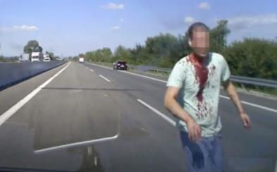 Slovák rozbíjal autá teleskopickým obuškom na diaľnici pri Piešťanoch, vodiči ho zbili, skončil na psychiatrii
