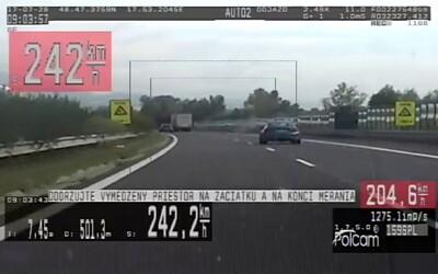 Slovák sa zaradil medzi rekordérov, na diaľnici uháňal rýchlosťou 242 km/h. Policajtom povedal, že sa ponáhľa do servisu