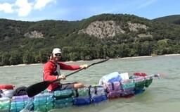 Slovák splavil Dunaj na PET fľašiach, bojuje tak proti plastovému odpadu