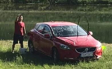 Slovák umýval auto pri rieke šampónom. O vine a treste rozhodne odbor životného prostredia