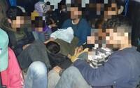 Slovák viezol v dodávke do Maďarska 26 utečencov. Za prevádzačstvo mu hrozí až 5 rokov