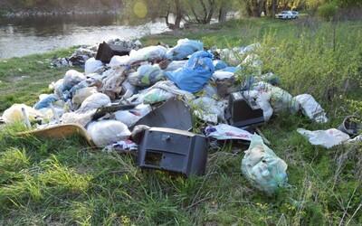 Slovák vyhodil do prírody pri rieke Váh 5,5 tony odpadu, hrozia mu dva roky vo väzení