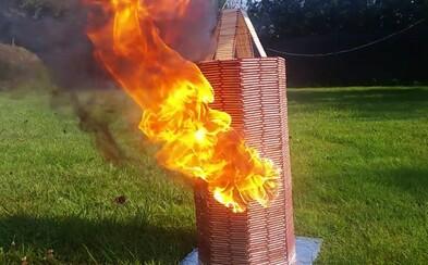 Slovák zobral 24-tisíc zápaliek a postavil z nich vežu, ktorú potom pôsobivo spálil. Ohnivé domino slávi na internete úspech