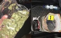 Slováka chytili policajti s takmer 0,5 kg marihuany, lebo prekročil rýchlosť. V aute schovával poriadny kontraband
