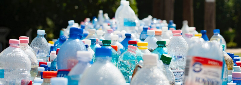 Slovákmi vyvinutý plast sa dokáže rozložiť za 90 dní. Bežným PET fľašiam by to trvalo 400 rokov