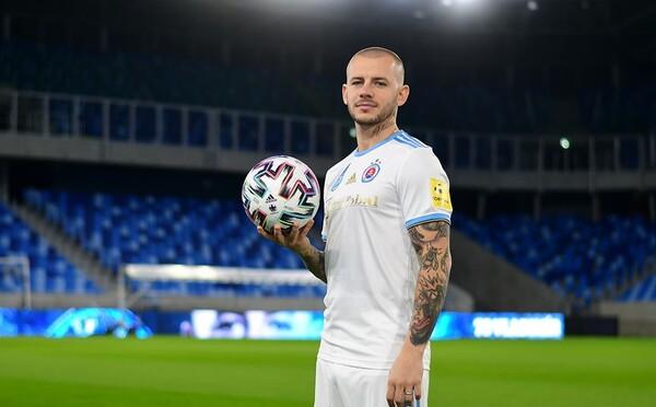 Slovan víta Weissa ako novú megahviezdu. Klub dokonca pripravil krátke intro v novom drese, v ktorom ukazuje parádičky s loptou