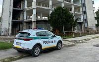 Slovenka kráčala s dieťaťom po streche 8-poschodovej budovy. Zasiahnuť museli policajti, ktorým žena vulgárne nadávala