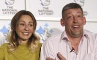 Slovenka Lenka a jej britský manžel vyhrali 120 miliónov eur v lotérii. Muž pracujúci ako robotník opravuje domy susedom zadarmo
