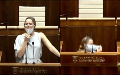 Slovenská poslankyně si v parlamentu sundala roušku a schovala se pod pult. Prý nemohla dýchat, rozpravu přerušila výbuchem smíchu