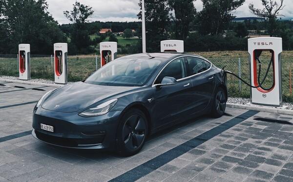 Slovenská republika ti na elektromobil prispeje sumou 8-tisíc eur, podmienkou je nálepka ministerstva hospodárstva